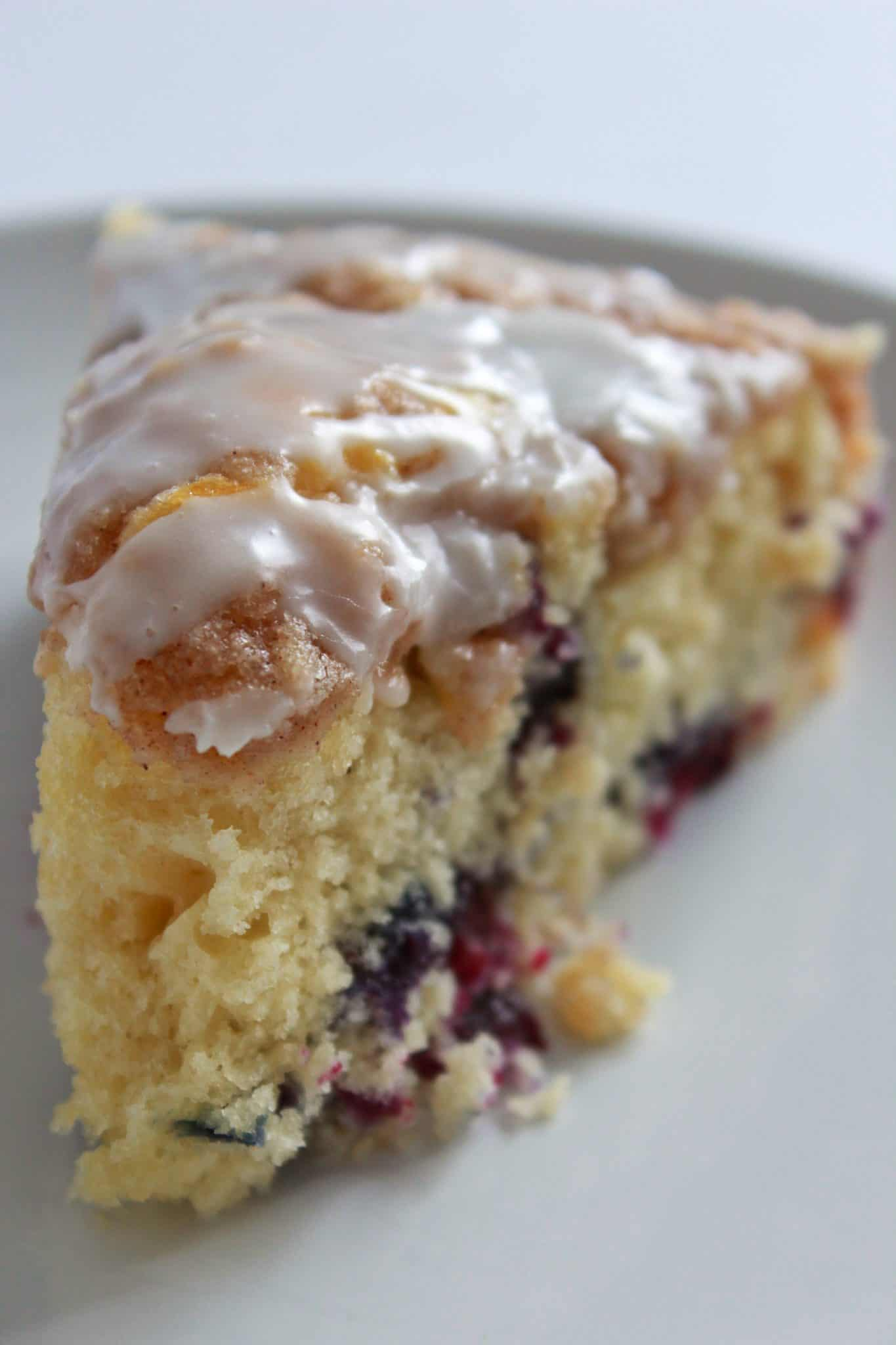 What to Make for Breakfast? 7 Quick and Easy Breakfast Recipe Ideas You'll Love featured by top US food blog, Practically Homemade: blueberry muffin cake